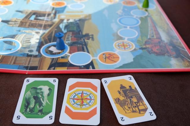 Pour mon premier tour, j'enchaîne les trois cartes ci-dessus : un éléphant pour avancer de 5 cases, une boussole pour indiquer que le moyen de transport sera, dorénavant, la calèche, et enfin une carte de calèche pour avance de 2 cases. Limpide, non ?