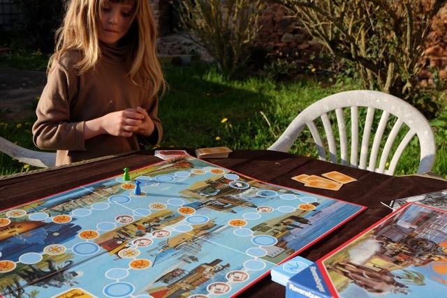 Leila a l'air de beaucoup aimer ce jeu, hyper fluide et abordable, plus encore que Le Tapis Volant précédent...