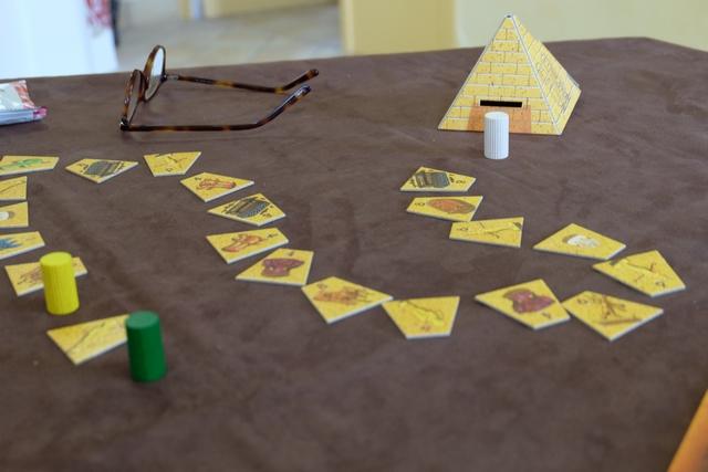 Et là, d'un coup, sans prévenir, Fabrice pète les plombs en amenant son pion juste devant la pyramide, clôturant du même coup sa partie ! En fait, il croyait que cela provoquait son décompte d'artefacts non décomptés et que la partie s'achevait pour tous ! Aïe, aïe, aïe, il va falloir en refaire après la fin, très bizarroïde de celle-ci... :-(