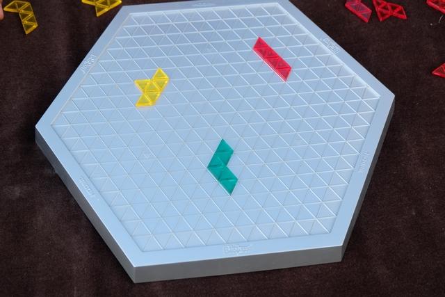 Premières pièces posées : la jaune par Tristan, la rouge par Leila et la verte par moi. A noter que, dans cette version, on n'attaque pas à un sommet du plateau, mais sur une case prédéfinie...
