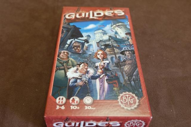 Nouvel éditeur, nouveau jeu : Guildes, ou le draft épuré à la manière d'un Fairy Tale... Nous allons découvrir, avec bonheur, la version de base, avec une règle expliquée effectivement (comme indiquée sur la boîte) en 5 minutes chrono !