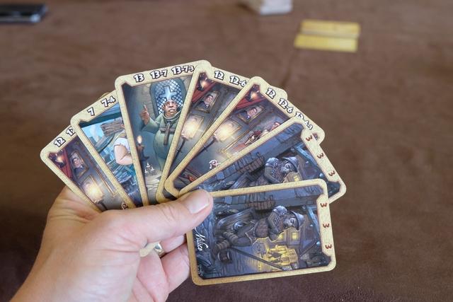 Ma main de cartes avant la première série de drafts : je décide de miser sur les cartes de 3 (tout à fait à droite), pour voir si le fait de les scorer quel que soit le nombre qu'on en pose peut générer une belle avance ou pas (sur 3 manches, autant les poser à la première). Pour le reste, j'avoue ne pas être hyper fan des couleurs bleuâtres sombres de chaque carte...