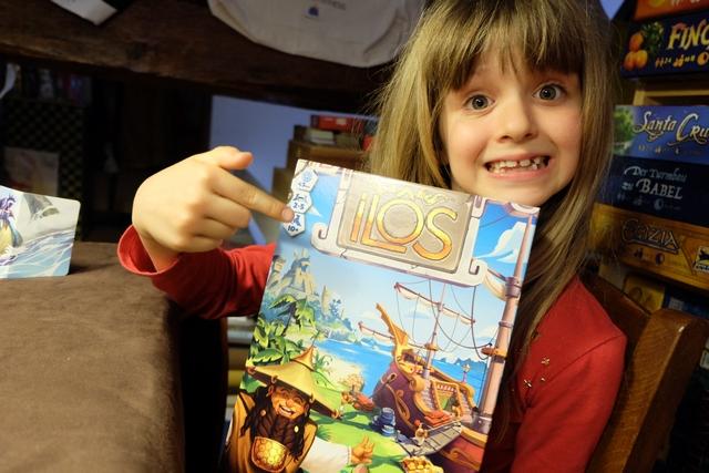 Jeu estampillé à partir de 10 ans, mais, à la lecture de la règle, il me semble que Leila (7 ans et 1/2) devrait pouvoir s'y essayer. Petit détail amusant que Leila nous montre sur la boîte de jeu : durée de partie de 45 minutes. Vraiment ? Regardez ci-dessous...