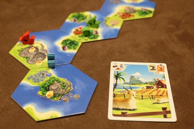 Petit exemple à mon premier tour : je joue cette carte et défausse deux autres carets pour placer un pionnier vert sur une forêt produisant de l'ébène, sur une île où j'ai au moins un bateau. Je place aussi un jeton d'ébène devant mon paravent pour me souvenir que je produirai un ébène par tour. Très simple.