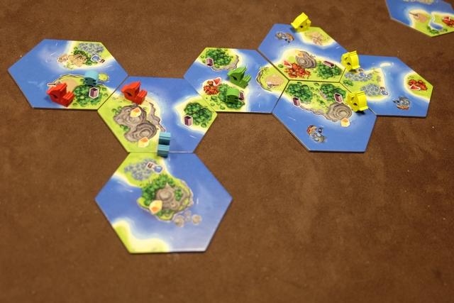 Fin du premier grand tour de jeu, avec l'ajout de certaines tuiles de paysages par Julie (une avec un bateau rouge) et Tristan (deux avec deux bateaux jaunes). Pour ce faire, ils ont utilisé des cartes de bateaux qui ne coûtent qu'une carte et qui permettent de rajouter un bateau en jeu. Utile pour le développement et pour piocher plus de cartes par la suite...