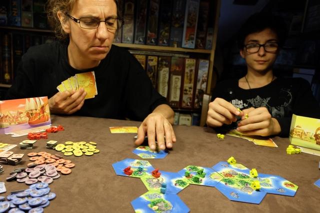 Le jeu donne à penser car il semble qu'on peut se développer de manière assez différente : placer plein de bateaux assez vite, placer des pionniers pour collecter des ressources, investir sur l'or (coût de 5 cartes !), tenter de piller des temples (coût de 7 cartes !), amasser plein de cartes en main, jouer sur les cours du marché, ...
