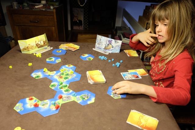 Leila s'en sort assez bien et elle a bien intégré que les cartes ont deux fonctions : les jouer pour leur effet ou les dépenser pour payer le coût d'autres cartes. Pas mal...
