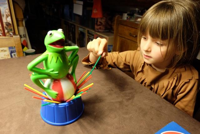 Retirer un bâtonnet sans faire tomber Kermit, tel est le but de ce jeu, à la frontièreentre Tir Pic, le Mikado et Brise Glace...
