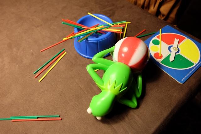 Impossible de désigner un vainqueur (ou plutôt un perdant) : en effet, Kermit a chu alors que ni Leila ni moi n'étions en train de retirer le moindre bâtonnet. Pas grave ! Juste un bon prétexte pour se faire une troisième manche... ;-)