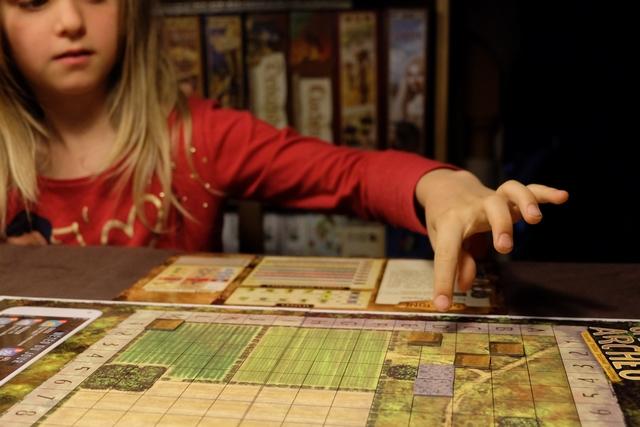 Le jeu plaît bien à Leila, même si elle a du mal avec la notion de pertinence géographique de fouille pour identifier le site sur lequel on se trouve tous les deux...
