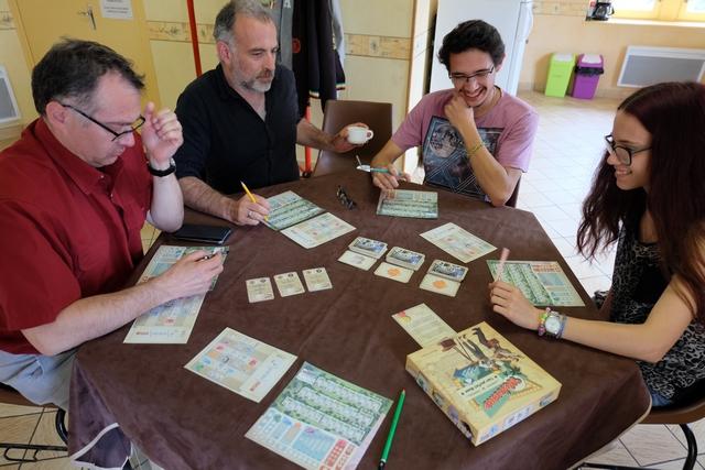 Nous découvrons ce jeu à 5 joueurs, Fabrice, Yohel, Joris, Maitena et moi. Une belle après-midi qui démarre...