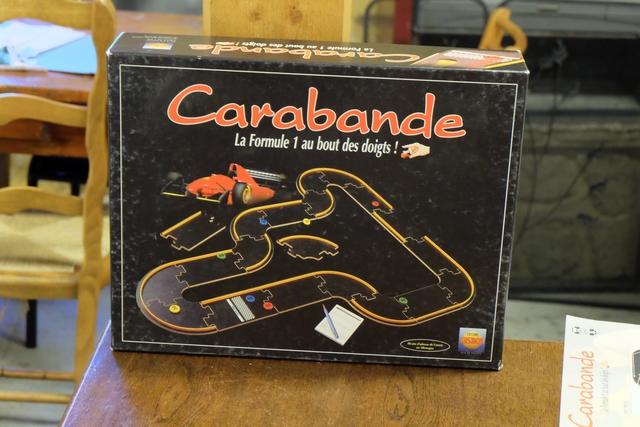 """La bonne vieille grosse boîte de Carabande trône fièrement sur la plus grande table du gîte pour ce qui restera comme """"le jeu toujours installé"""" du week-end..."""