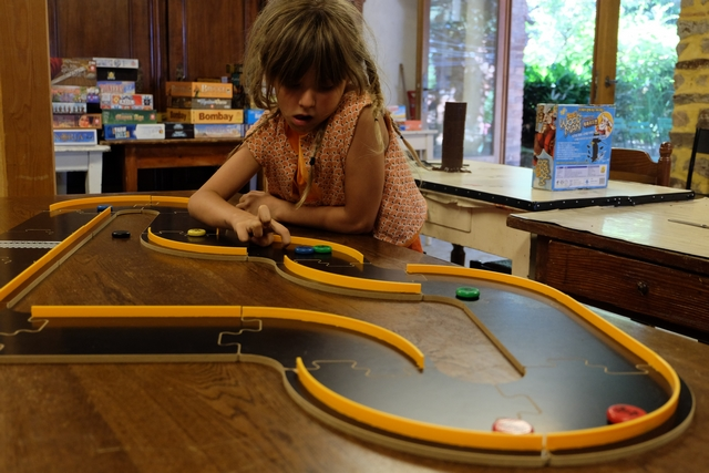 Leila s'amuse beaucoup et nous amuse beaucoup, particulièrement parce qu'elle joue en totale dilettante, sans aucune concentration, et projetant pourtant, sans aucun souci, ses voitures ! Incroyable...