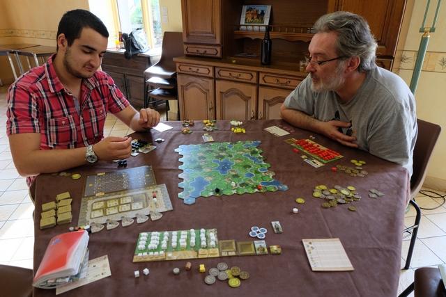 Pierre à ma gauche joue les éléments noirs, Pierre à ma droite les éléments rouges, tandis que je joue les blancs.