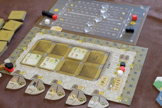 Le décompte de première manche est favorable à Pierre le noir et à Pierre le rouge, qui ont chacun marqué 2PV car ils avaient déjà abattu une bête chacun pour réaliser un contrat (petite erreur de placement de leur marqueur de score sur la piste). A noter que 3 autres marqueurs vont progresser sur la piste de score, à savoir le coton (déjà sur la case 2), la canne à sucre et le tabac. Ces marqueurs indiquent le nombre d'unités de produits rares obtenus en tout autour de la table par les joueurs. En fin de partie, la denrée la plus rare rapportera 5PV par unité par joueur, la deuxième 4PV et la troisième 3PV.