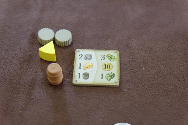Petit exemple de contrat que je réalise : je défausse 2 laines + 1 fromage + 1 whisky pour empocher 3 unités de canne à sucre + 10 livres sterling + 1 houblon (ce dernier vaut 1PV par unité à la fin).