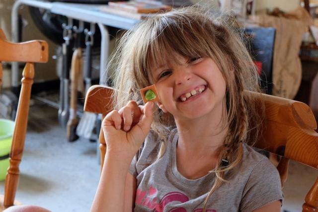 Leila est la première à avoir ramassé une pierre verte ! La coquine :-)