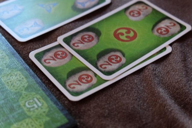 Elle a très bien compris le jeu et avec ses deux cartes 2 rouges elle a de la marge de pose...