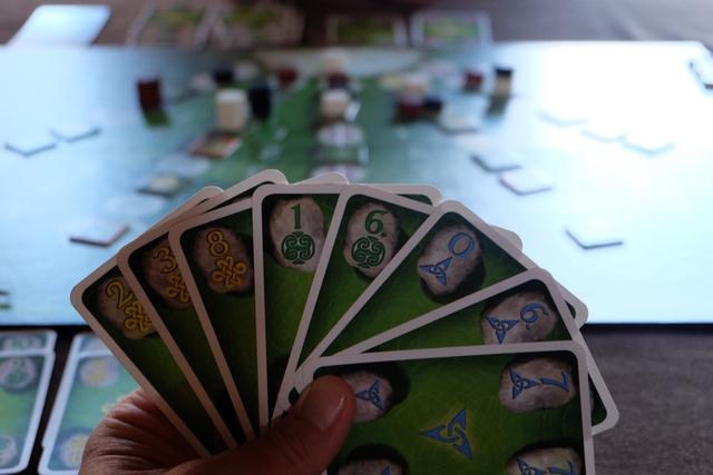 Il vous faut savoir que j'ai décidé de ne jouer aucune carte bleue. Forcément, celles-ci s'accumulent dans ma main et, même si je passe quelques tours à en défausser, elles me prennent beaucoup de place... Qu'est-ce que j'aimerais du rouge ou du rose...