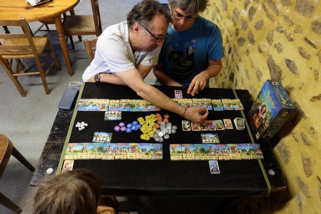 Ce jeu est d'une simplicité et d'une efficacité qui est tout simplement bluffante ! Leila, qui a déjà joué deux ou trois fois à ce jeu, joue parfaitement bien le coup, sans jamais recevoir le moindre conseil de son père...