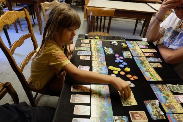 Je le dis et je le redis : Leila joue super bien et elle fait toujours les bons choix. C'est un régal que de pouvoir jouer à un jeu de gestion avec elle et entre adultes, et que chacun y prenne le même plaisir ! Très bon jeu, rien que pour ça...