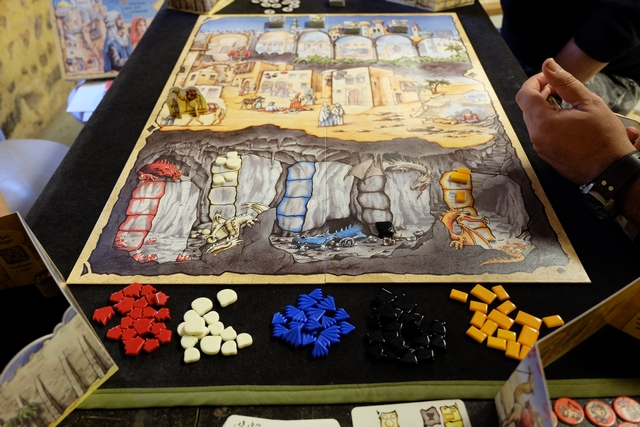 Le jeu est mis en place et nous allons passer un bien bon moment à 4 joueurs, Fabrice avec les jetons jaunes, Pierre avec les rouges, Leila les bleus et moi-même les verts. Je ne vous refais pas le coup de l'explication de la règle, je l'ai fait maintes fois dans des précédents compte-rendus... ;-)