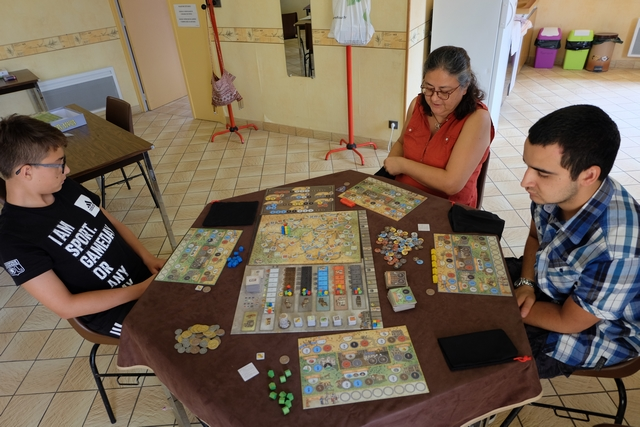 Cette très sympathique partie se joue à 4 joueurs, Antonin à gauche avec les éléments bleus, Odile en face avec les rouges, Pierre à droite avec les jaunes et moi-même en bas avec les verts.