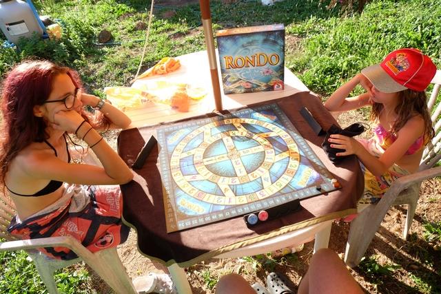 Nous jouons à 3 joueurs, Maitena et Leila m'accompagnant sur ce jeu de Knizia auquel ni l'une ni l'autre n'avait encore joué.