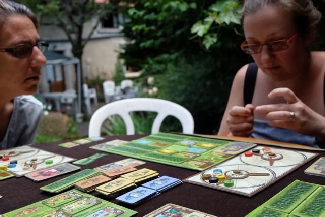 Y'a moyen de réfléchir aux meilleures cartes à jouer ou aux bâtiments à construire...
