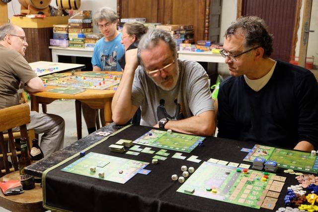 Nous jouons cette partie à 3, Pierre avec les pions rouges, Fabrice les jaunes et moi-même les verts. Ça débute bien...