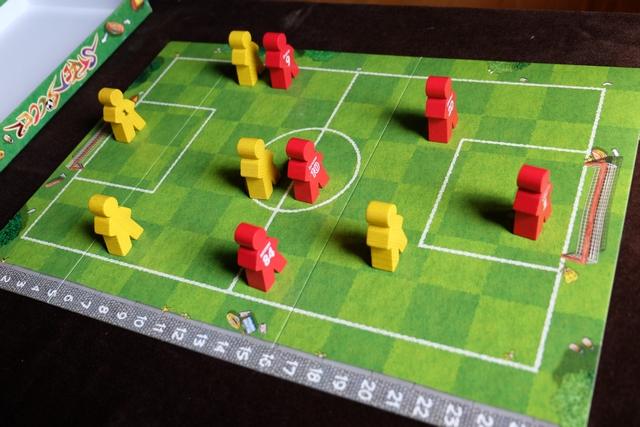 Les joueurs sont sur le terrain, Leila jouant les jaunes et moi les rouges.
