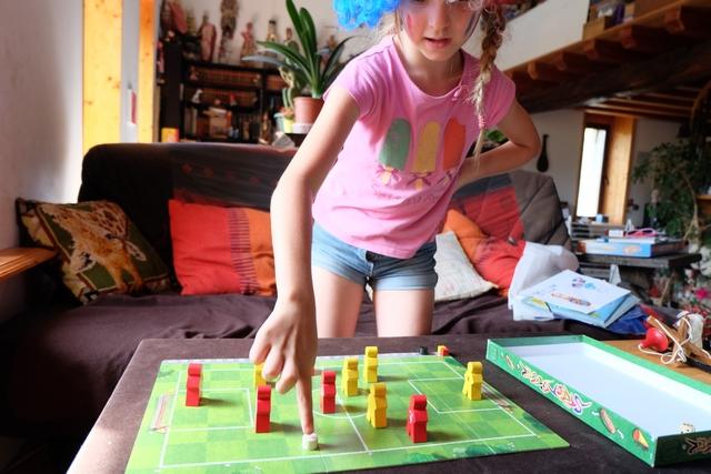 Leila se prend au jeu, même si elle a un peu de mal avec la trajectoire du ballon (autorisation de dévier celle-ci de 45° maximum une seule fois par déplacement) et avec le fait qu'atteindre un de ses joueurs permet de prolonger la course du ballon en gagnant +1. Sinon, c'est impec' !