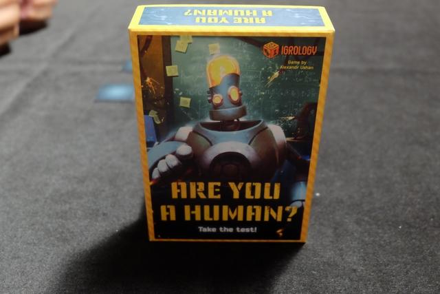 """Sorti en catimini pour Essen 2017 chez l'éditeur russe Igrology, la couverture de ce jeu m'avait incité à aller voir le stand concerné, tant cette question """"Are you a human ?"""" m'interpelait. On va être renseigné ce soir..."""