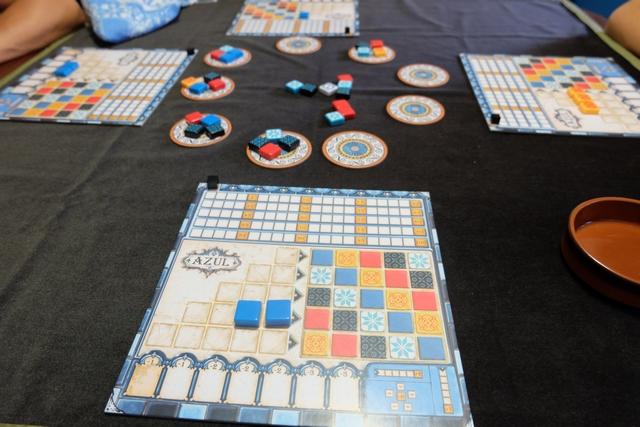 Le jeu a été mis en place et la partie a débuté depuis un tour de table...