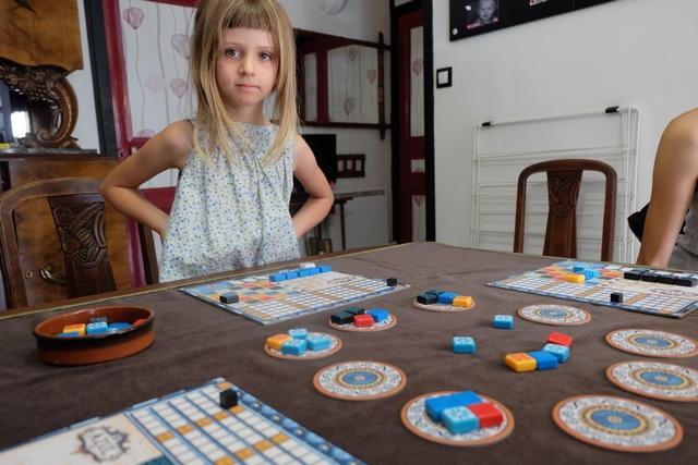 Leila commence, déjà, à me fatiguer en prenant plein de tuiles bleues, sur trois tours, alors que j'avais commencé à en poser 3 sur ma ligne de 5. Pfff... Il faut vraiment que j'intègre que Leila peut choisir ses tuiles uniquement en raison de la couleur qu'elles ont (bleues ou orange donc)...