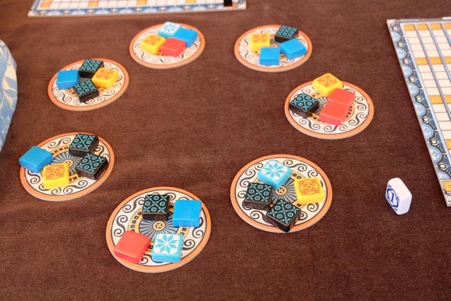 Voici les lots proposés dans les fabriques. A son tour, le joueur actif choisit un lot (d'une fabrique ou du centre mais pour le moment il n'y a aucune tuile) et prends toutes les tuiles d'une seule couleur, les autres tuiles rejoignant le centre de la table.
