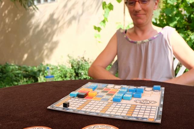 Quand on dit à Julie que le jeu s'appelle Azul, elle ne résiste pas au plaisir de ne prendre que des tuiles bleues... ;-)