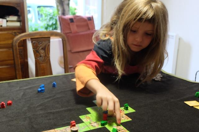 Leila est absolument épatante !!! Elle a fait mieux que de simplement comprendre et appliquer la règle du jeu, elle réussit le tour de force de jouer stratégiquement !!!