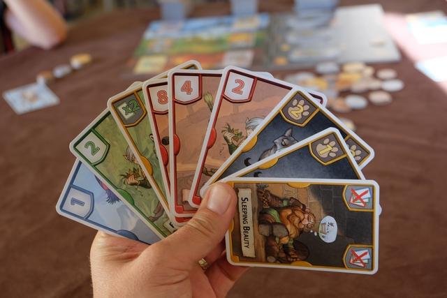Ma main pour la deuxième manche... Je vise clairement le Min bleu et le Min vert (je peux ne pas jouer le X2 car c'est une carte spéciale).