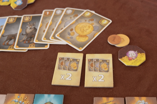 Oh que j'aime la mule !!! Elle m'a rapporté une autre carte de deux pièces, portant mon total à 8 et, donc, valorisant chacun de mes parchemins jaunes de 8, pour un total de 24 en comptant le gain normal de pièces. Pas neutre du tout...