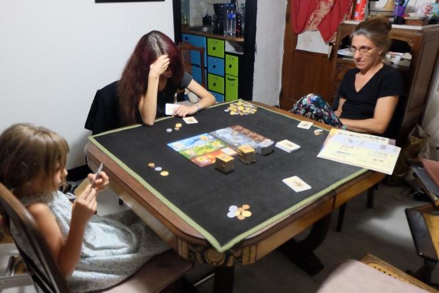 Après une explication poussive de la règle, qui laisse présager d'une partie rocambolesque, nous allons pouvoir attaquer notre partie à 4, Leila, Maitena et Julie m'y rejoignant.