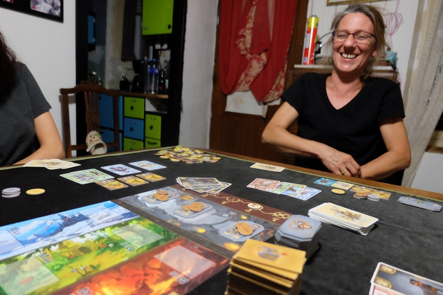 On a de la Julie de grand grand gala ce soir ! Regardez un peu le nombre de cartes de chiens qu'elle vient d'étaler devant elle...