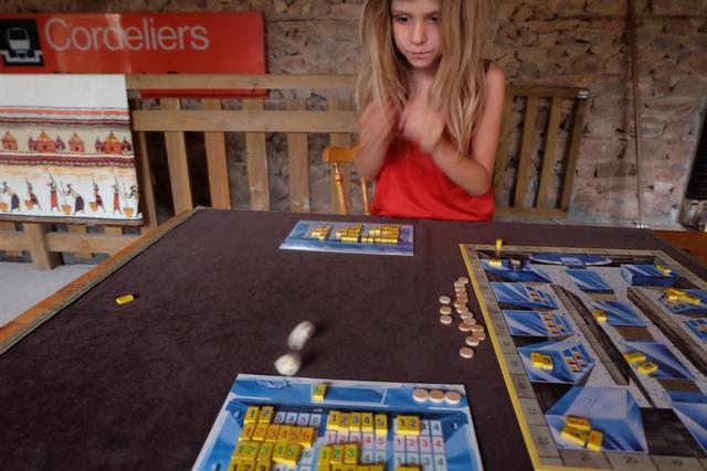Elle dispose de deux lancers pour obtenir 11 ou 12. Ça va être tendu quand même, malgré l'ultra-concentration ! ;-) Mais, sinon, elle a perdu, alors ça s'essaie ! Quel courage...