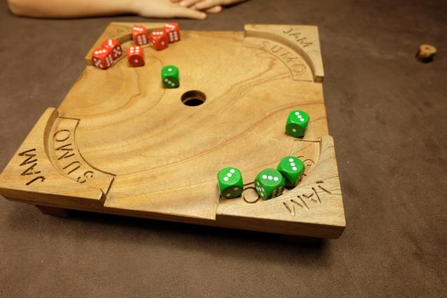 Voici à quoi ressemble le plateau après un tour chacun. Aucune perte n'est à déplorer et on devine assez bien qu'on va pouvoir utiliser certains dés pour attaquer son adversaire et expulser ses dés, tandis que d'autres dés peuvent rester à l'arrière, pour plus tard... Un vrai jeu de conquête !!! :-)
