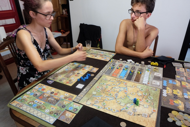 Maitena (bleu) et Tristan (jaune) comprennent très vite le système de jeu et disent très rapidement qu'il leur plaît beaucoup... Cool !