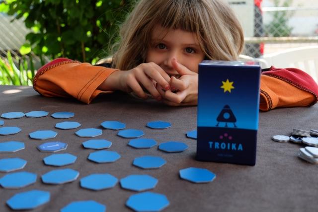 Malicieuse, Leila a hâte de commencer à jouer à ce très esthétique, mais toujours minimaliste, Troïka...