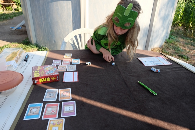 La première chose que je dois faire, avant d'expliquer la règle du jeu à Leila, c'est précisément de lui expliquer la technique d'écriture des chiffres romains ! Et oui, je ne m'étais pas méfié au départ, mais il va bien falloir s'y coller... Ensuite, oui, on va pouvoir jouer ;-)