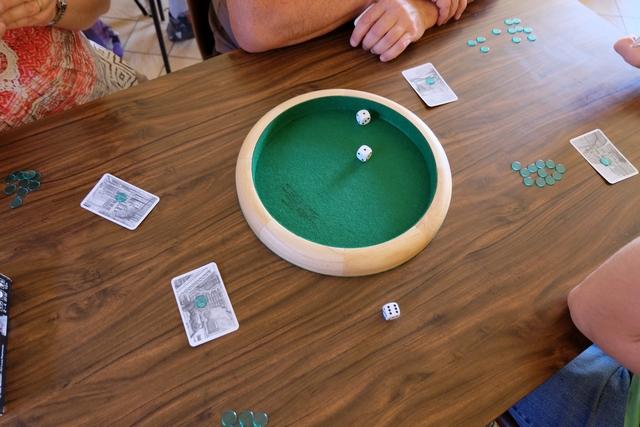 Petit rappel rapide des règles : il y aura 12 manches, avec pour chacune d'elle, le joueur actif qui annonce un nombre de dés à lancer (de 1 à 3), puis chacun pose une de ses cartes restantes (de valeur 1 à 13) sur la table face cachée avec un jeton dessus. Puis, le joueur actif lance le ou les dés prévus, avant de décider si on révèle les cartes immédiatement ou si on double. Dans ce dernier cas, chacun a le choix de suivre ou non. Si aucun joueur ne suit le joueur actif, il empoche toues les jetons, quelle que soit sa carte. Sinon, le joueur qui empoche les jetons est celui qui a joué la carte la plus élevée mais en-dessous (ou égal) du résultat du lancer de dés. Simple et TRÈS efficace... Bien couinant même ;-)