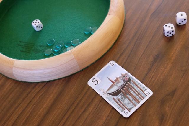 Magnifique prise de risque de ma part, récompensé par le gain de tous les jetons de cette manche et de la précédente puisqu'elle avait été avortée (personne n'avait joué de carte en-dessous des dés). Ce qui m'a mené à jouer une carte 5, pour seul dé, c'est qu'il fallait bien prendre un risque...