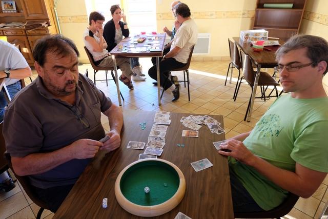 Comme chacun a l'ensemble de ses cartes jouées étalées devant lui, on peut prévoir de plus en plus ce que peuvent faire les joueurs. Vraiment réjouissant comme jeu !
